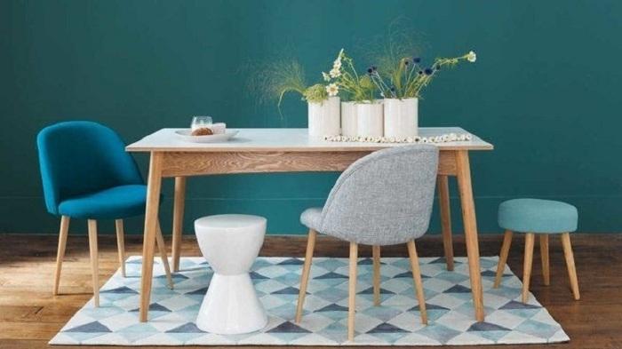 Неординарность использования разноформатных стульчиков вносит в интерьер нестандартный стиль, который смягчается благодаря мятному оттенку.