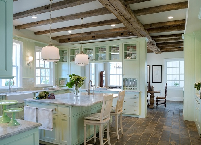 Созданный классический интерьер с применением мятного цвета делает помещение одновременно просторным, уютным и светлым.