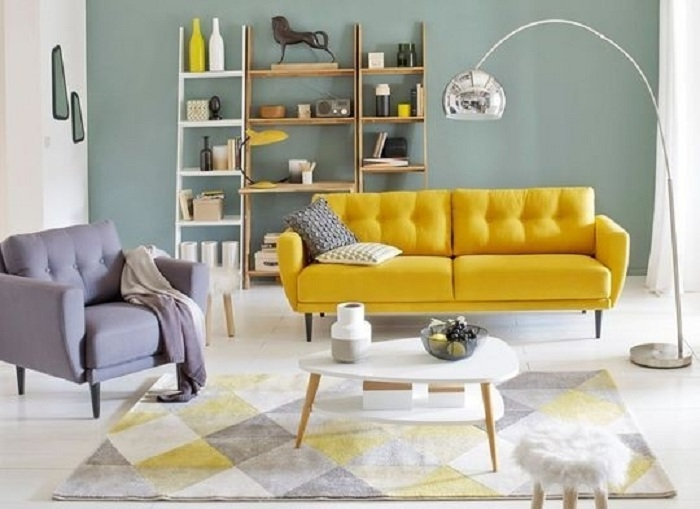 В гостиной мятный цвет пользуется успехом, так как помогает создать модный интерьер с обычными предметами мебели.