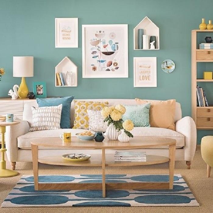 Декорирането на стени с ментов оттенък е стилно решение за всекидневна, особено ако искате да запълните интериора със свежест и лекота.