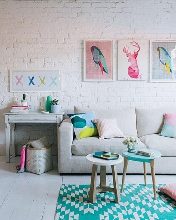 Дори обикновената декорация на стени веднага се трансформира, когато добавите няколко капки цвят мента в тъмния или светлия спектър в стаята.