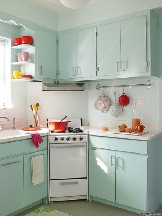 Кухонные тумбочки в мятном цвете - это решение для стильной хозяйки, которая не желает готовить в скучной обстановке.