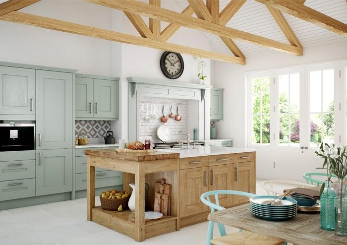 Дървените шкафове вървят добре с шкафовете с цвят мента, особено в кухнята.