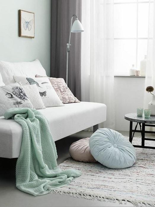 Лекотата на спалнята ще бъде дадена от малки интериорни елементи в ментов цвят, които могат да бъдат обикновена декорация за стаята.