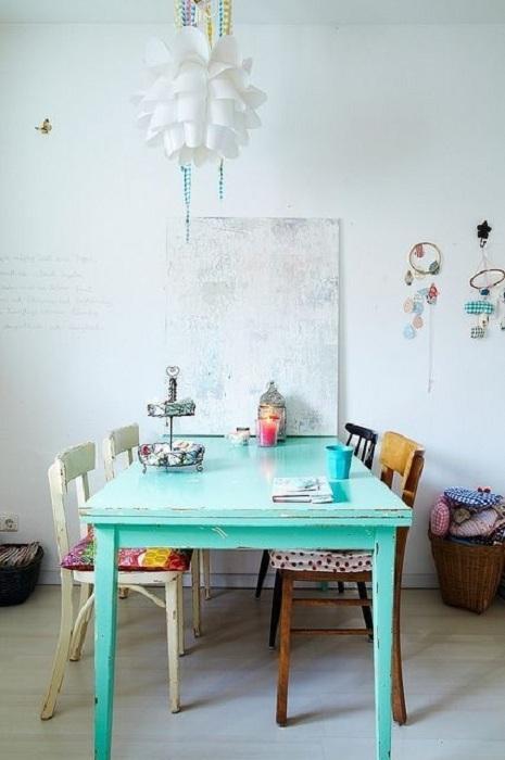 Струва си да украсите важен предмет на стаята в цвят мента - маса, върху която да поставите малки аксесоари.