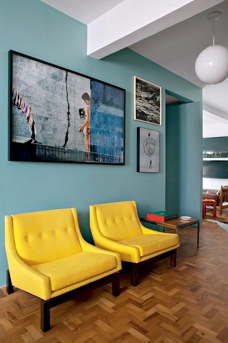 Аккуратно оформленные стены в мятном оттенке - настоящая изюминка для гостиной.