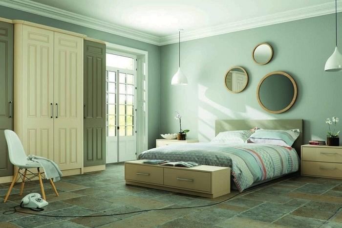 Мятный цвет в разном спектре великолепно смотрится в спальне, особенно, если она выдержана полностью в таких тонах.