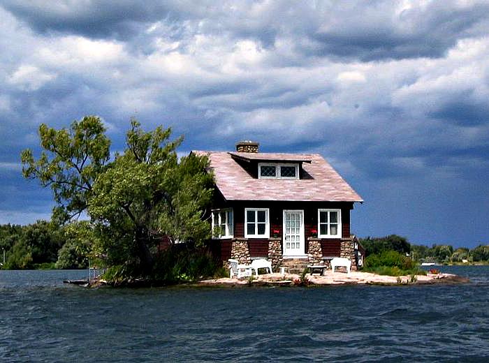 Budynek mieszkalny na jednej z najmniejszych wysp archipelagu.