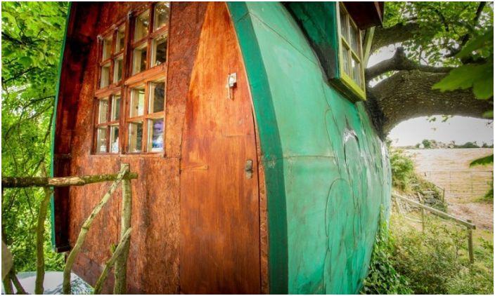 Domek na drzewie zbudowany przez projektanta Jonathana Melville-Smitha.