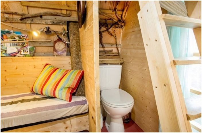 Dom Wróbla. Toaleta kompostowa w domku na drzewie.