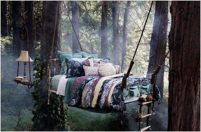Takie łóżko, które jest zaciszne wśród drzew na świeżym powietrzu, nada romantyczny nastrój.