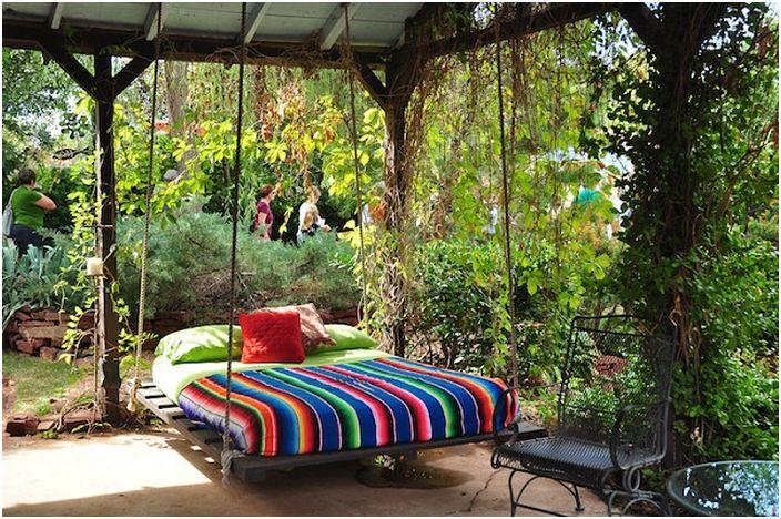 Яркая радуга, которой украшена подвесная кровать, порадует глаз и подарит только положительное настроение.