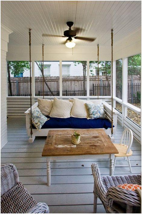 Интересное оформление подвесной кровати на веранде, пространство вокруг которой наполнено волшебством.