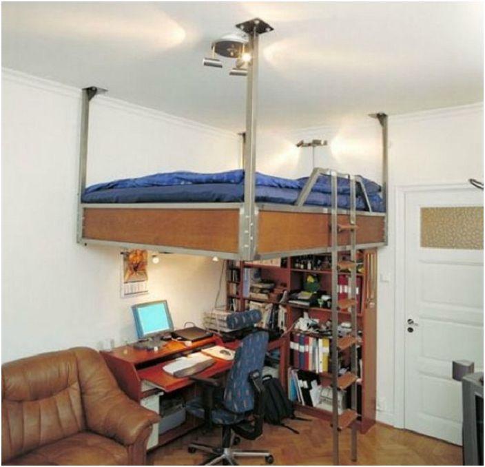 Wiszące łóżko nad miejscem do pracy w domu, oszczędza ogólną przestrzeń w pokoju.