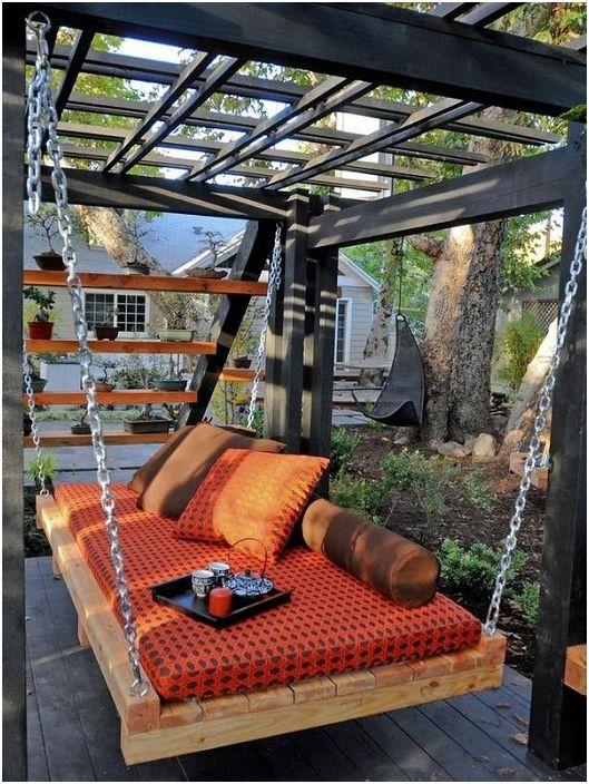 Подвесная кровать - маленькая особенность этого двора, она создает волшебную обстановку.