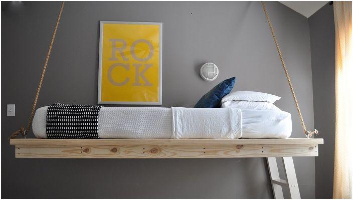 Piękne i proste łóżko wiszące, które pozwoli zaoszczędzić miejsce w pokoju.