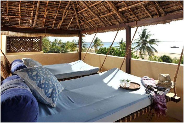 Wiszące łóżko w niebieskiej tonacji pozwoli zanurzyć się w królestwie relaksu.