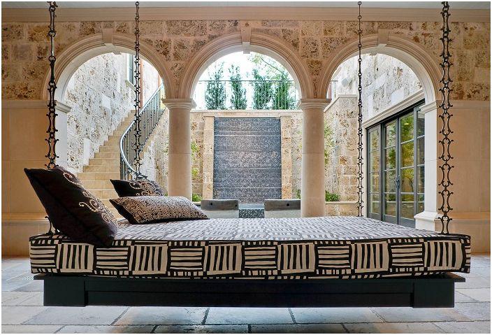 Wiszące łóżko to świetna okazja do stworzenia przytulnej atmosfery.