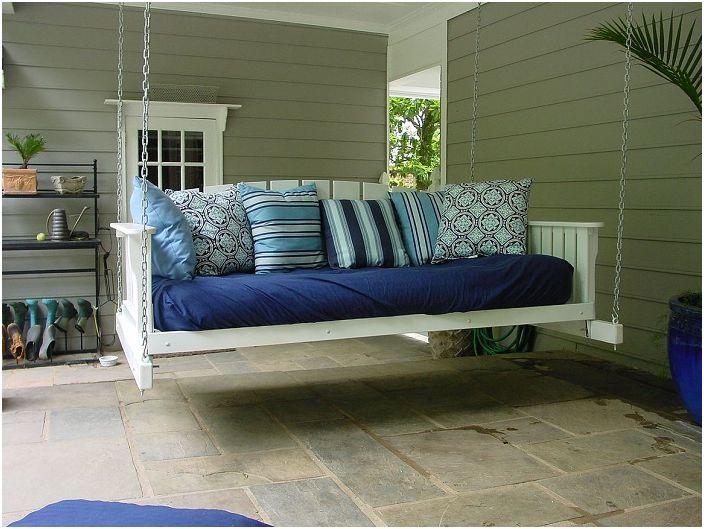 Śliczne wiszące łóżko w niebieskiej tonacji stworzy świetną atmosferę do relaksu.
