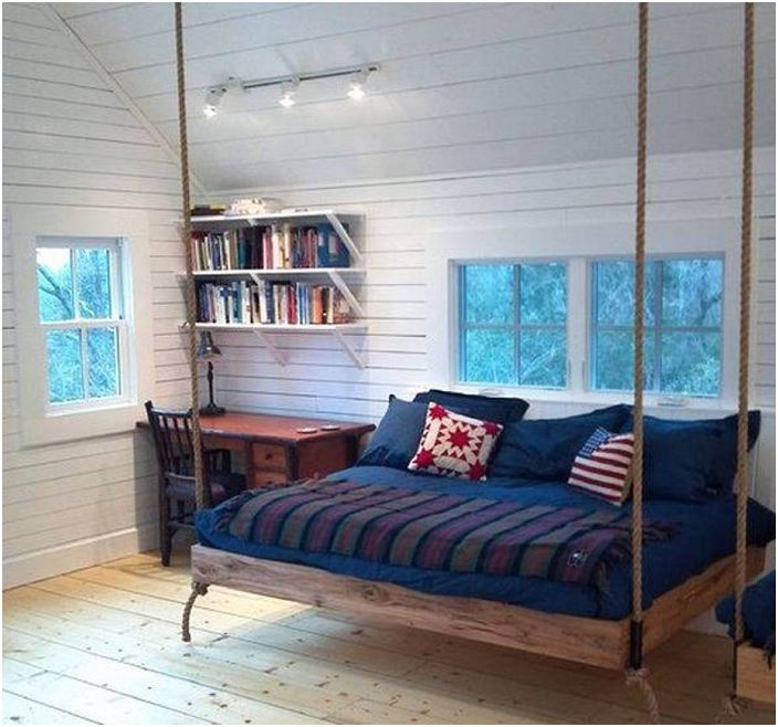Прекрасная подвесная кровать в спальне - этот вариант оформления места для отдыха красив и практичен одновременно.