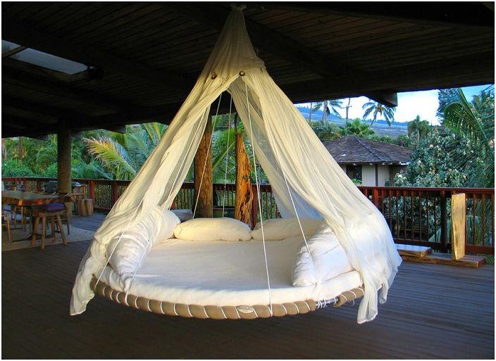Niesamowity projekt okrągłego łóżka, który jest stworzony na niezapomniany pobyt.