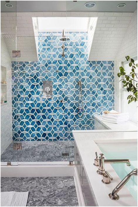 À l'intérieur de la salle de douche, les nuances de bleu sont tout à fait appropriées