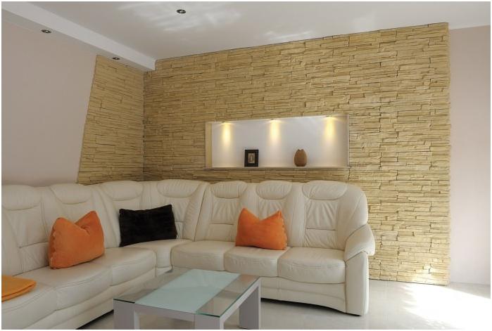 Изкуствен декоративен камък в интериора на хола
