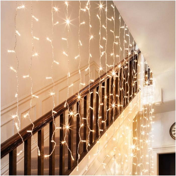 Декориране на стълби с гирлянд