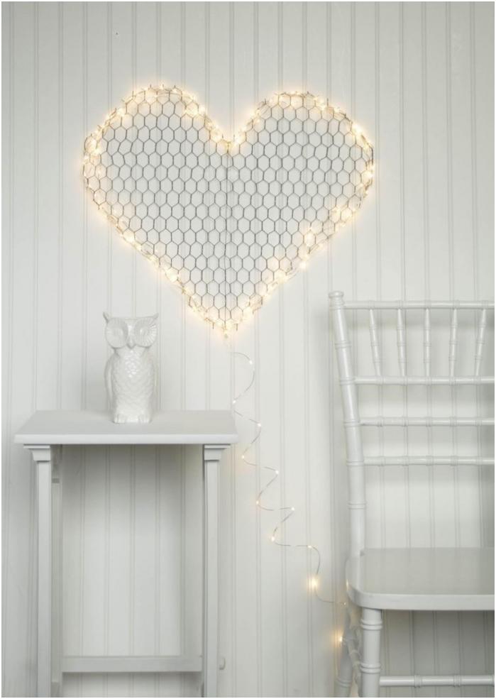 рисунка на стената под формата на сърце с гирлянд
