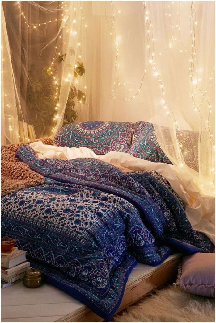 prześwitująca tkanina z girlandą na wezgłowiu łóżka