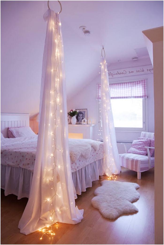 полупрозрачна тъкан с гирлянда до леглото