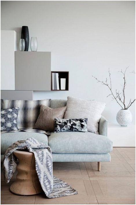 A nappali különféle szürke árnyalataiban vannak berendezve, ami egyedülálló légkört teremt.