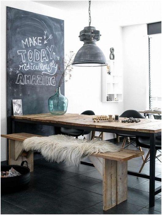 Érdekes szoba világosszürke színekkel, kellemes légkörben díszítve.