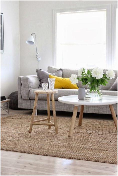Hangulatos és szép nappali belső, puha színekkel, amelyek különleges hangulatot teremtenek.