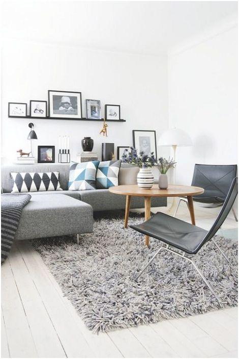 Kényelmes és aranyos, bolyhos szürke szőnyeg meleg légkört teremt a nappaliban.