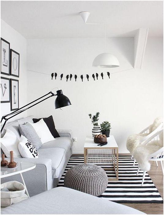 Szürke belső tér fekete-fehér elemekkel, amelyek kiegészítik.