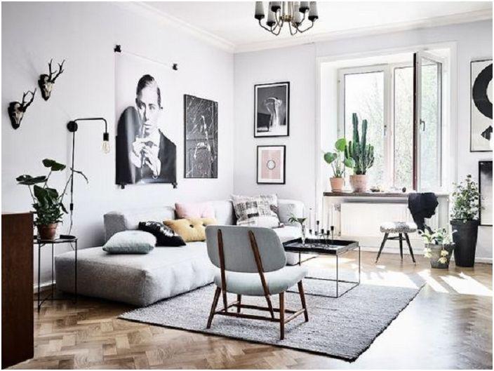Érdekes dekoráció a nappali belső részén világosszürke színekben, sok különböző díszítő elemmel.