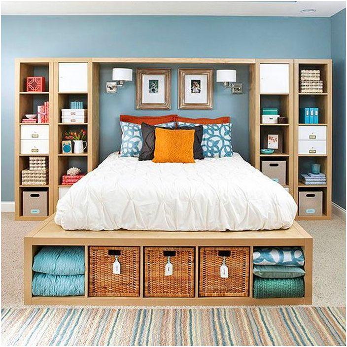 Удобна странична стена и нощно шкафче в подножието на леглото - особено за съхранение на малки предмети.