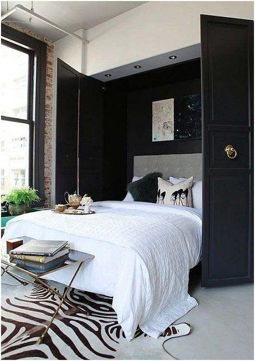 В подножието на леглото е масичка за кафе, която допълва цялостния стил на спалнята.