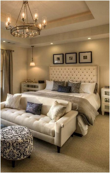 Umieszczając sofę u nóg łóżka, uzyskujemy jeszcze więcej miejsca do odpoczynku.