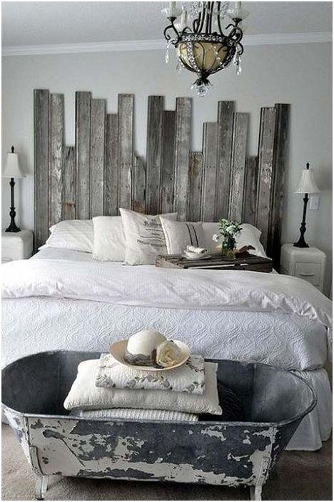 Интересен дизайн на подножието на леглото в стара баня, който може да се използва за съхранение на необходимите неща.