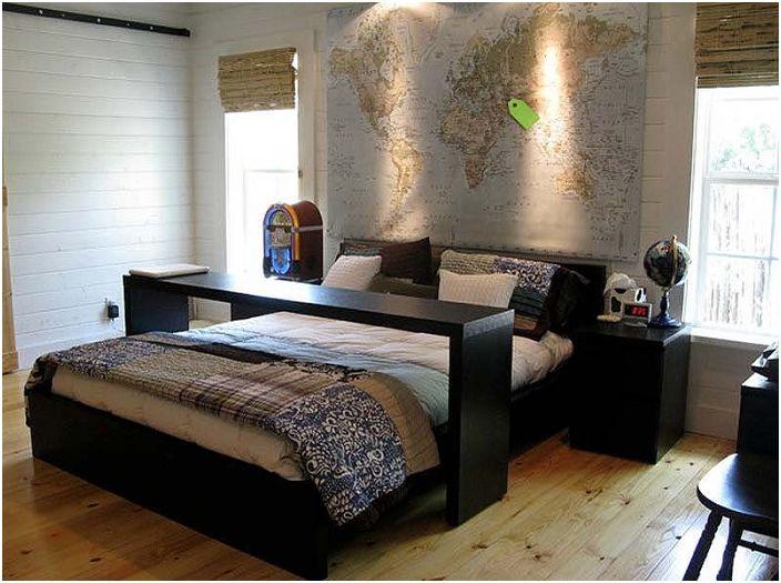 Мобилна маса за закуска в леглото е удобно и практично решение за спалнята.