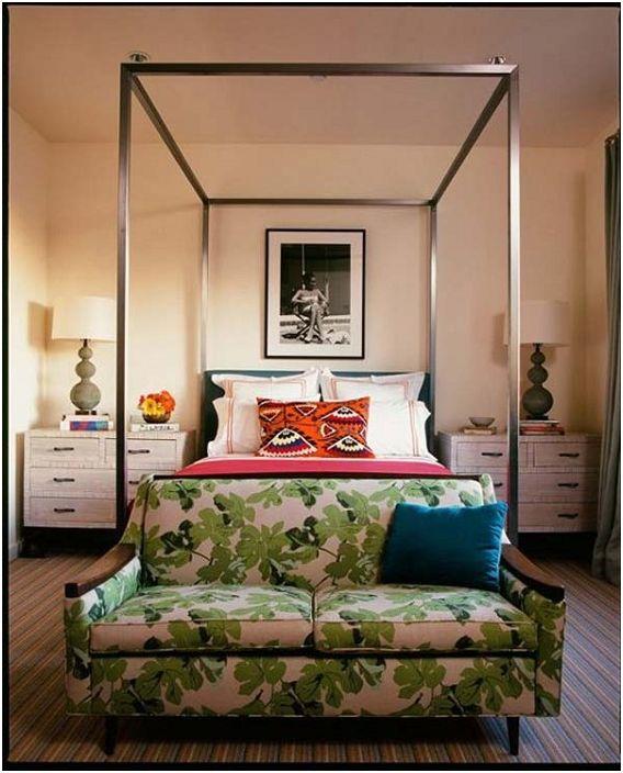 Kolorowa mini sofa w nogach łóżka będzie doskonałym kącikiem do czytania i odpoczynku.