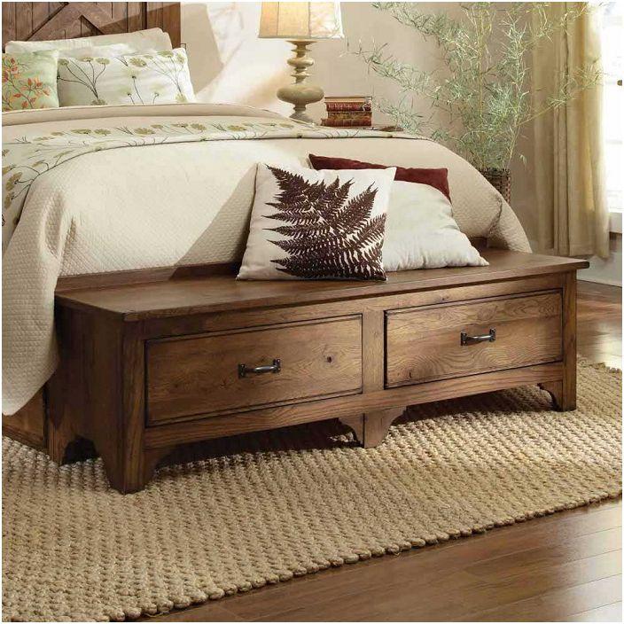 W nogach łóżka znajduje się drewniany stolik nocny, który stał się dobrym dodatkiem do dekoracji sypialni.