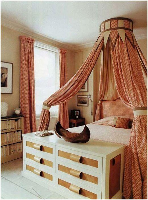 Nogi łóżka w tej sypialni są przeznaczone do przechowywania niezbędnych rzeczy w pięknej komodzie.