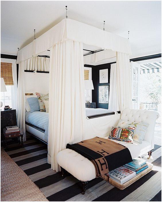 Османът е перфектно разположен в подножието на леглото, украсява интериора и създава друга зона за релакс.