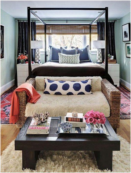 Mała sofa i stolik kawowy w nogach łóżka pozwolą Ci się zrelaksować, jednocześnie koncentrując się na pracy.