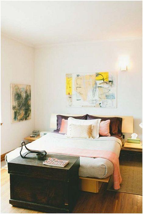 Ciekawa i piękna drewniana skrzynia podkreśla estetykę sypialni i tworzy dodatkową przestrzeń do przechowywania.