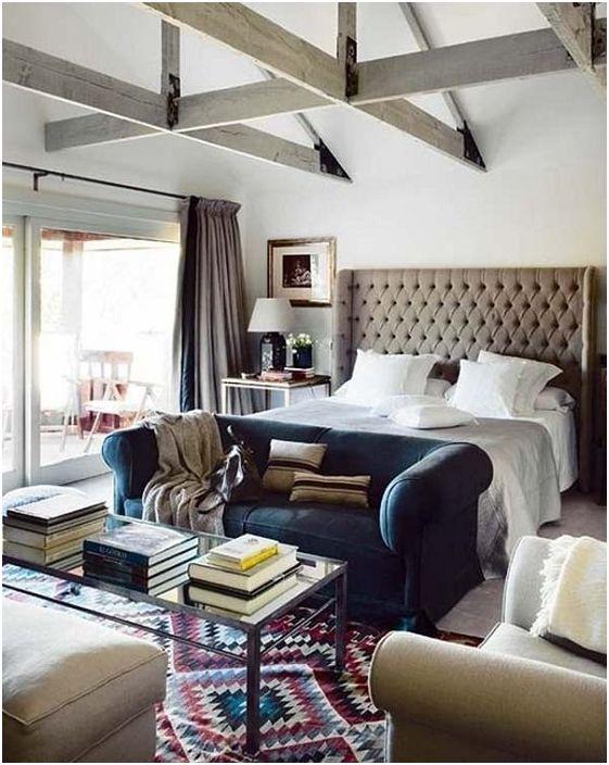 Sofa w nogach łóżka tworzy kącik do czytania.
