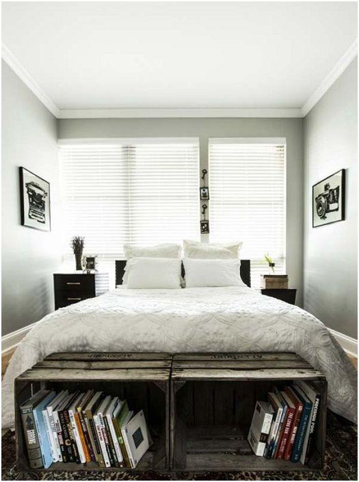 Чекмеджетата в подножието на леглото служат като рафтове за книги и перфектно допълват интериора на спалнята.